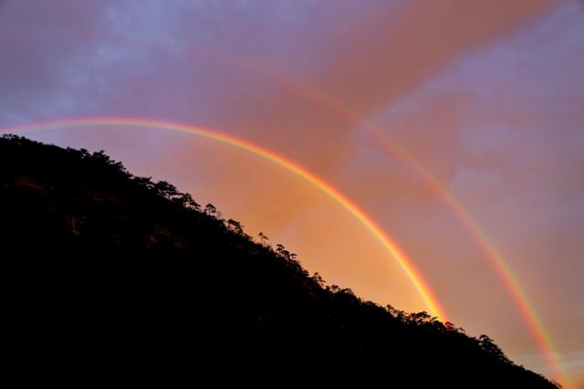 黄山光明顶 东方升日出 西边落秋雨 西北架上双彩虹