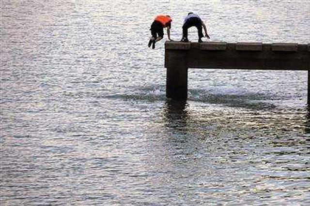气温骤降 两人跳江救下一名落水女子