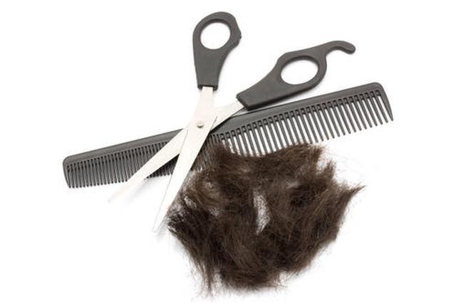 90后理发师坚持为老人免费理发