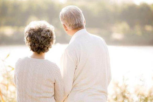不离不弃照顾卧床妻子 用守护诠释人间真爱