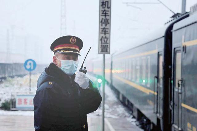 """雪花""""快闪"""" 阜阳火车站增派防护人员"""