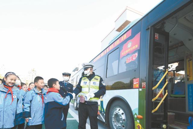 """""""芜湖交警122安全宣传巴士""""来了"""