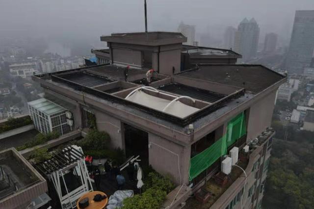 32层楼顶搭台喝茶看风景?拆了!