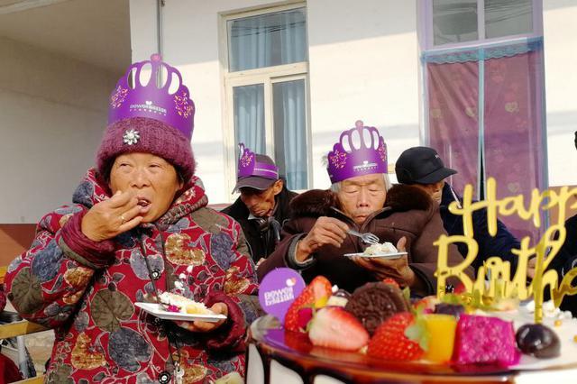 40多位老人过集体生日