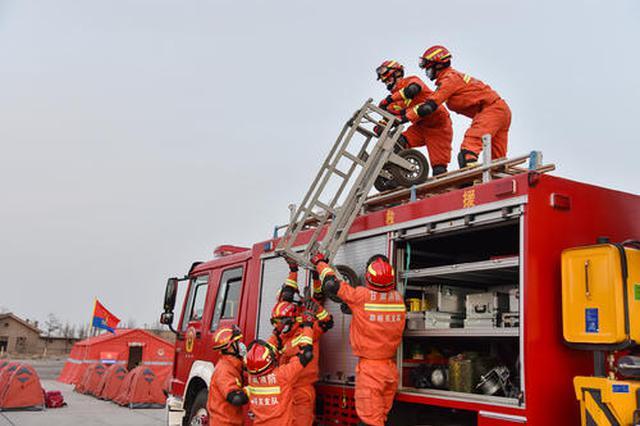 女童脚卡电动车后轮急坏家人 消防员紧急救援解困