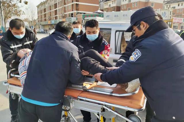 女子被卡面包车内 巡逻民警紧急救助