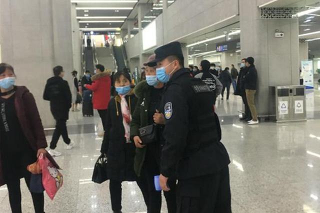 安徽合肥:防疫宣传进车站