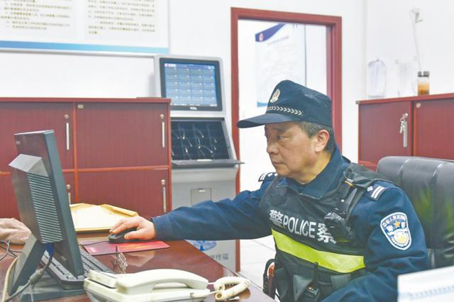 还有20来天退休,老警察依然深夜接处警