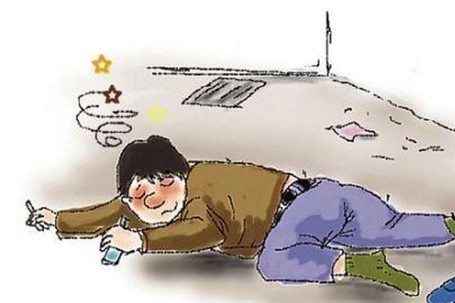 寒冬腊月男子醉酒路边  民警及时救助