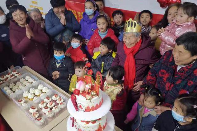 社区是个大家庭!九旬老人寿辰 邻居们一起庆生
