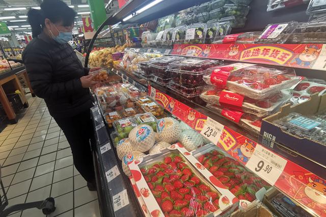 """118元买20个""""白草莓""""!进口草莓价格不菲"""
