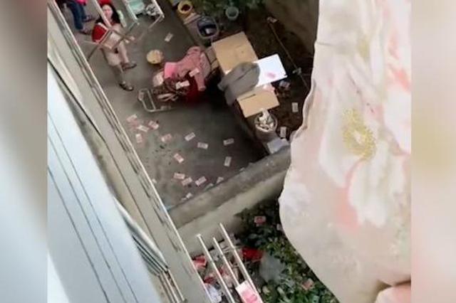 安徽一男子将年终奖藏被子里 妻子晒被子时飘洒到楼下