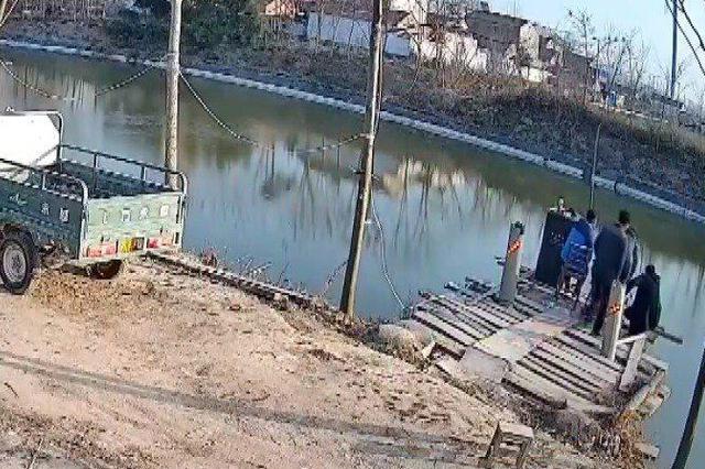 安徽男子看钓鱼压垮木台致4人落水