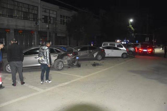 误将油门当刹车 女司机连撞八辆车