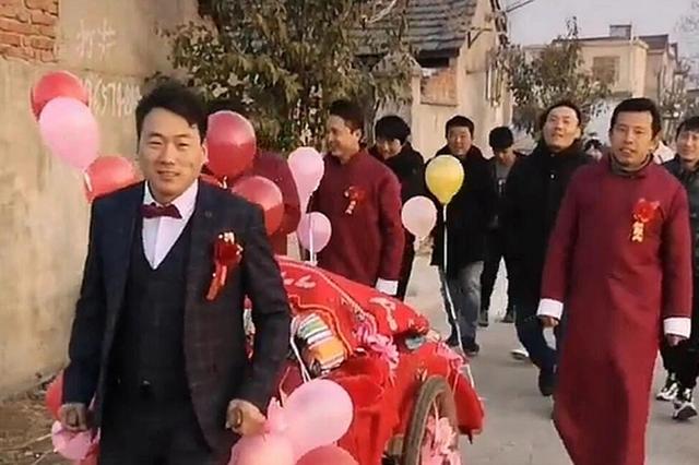 """阜阳一对新人婚事简办树新风成""""网红"""""""