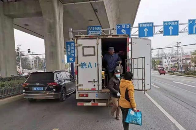 被交警拦截后,神秘白色箱式货车里竟走出20个人