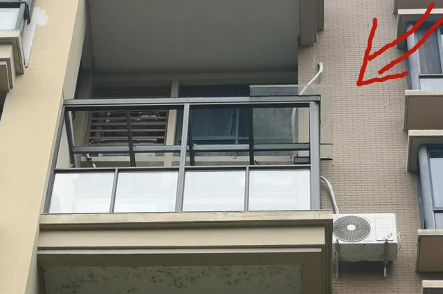 """安庆一小区业主玻璃房遭城管部门""""偷拆"""""""