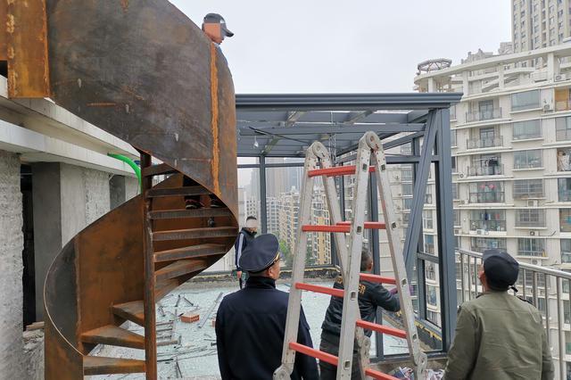 """15楼顶加盖""""空中花园""""被拆"""