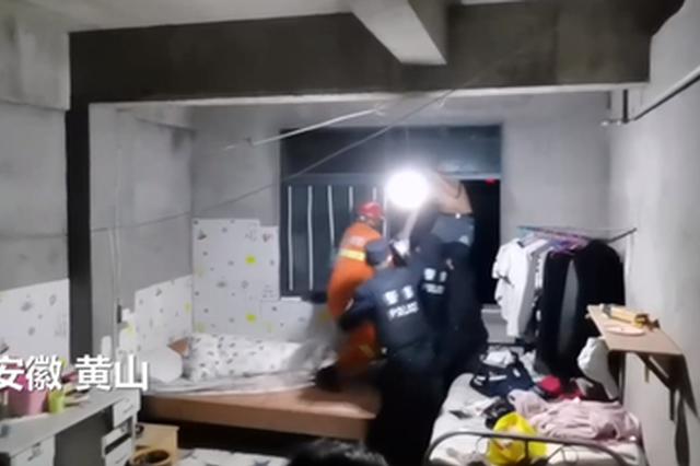 安徽黄山:男子酗酒挥刀欲跳楼 消防员三秒夺刀制服