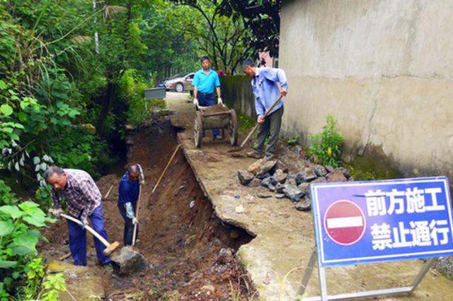 抢修暴雨损毁道路 保障村民安全出行