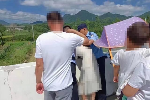 安徽泾县:只因多看了一眼 民警与村干部救下花季少女