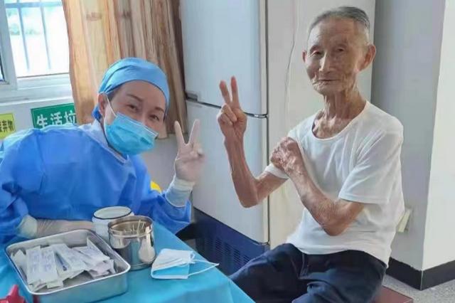 96岁脱贫户老人完成疫苗接种