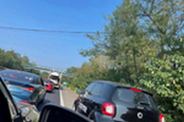 国庆期间57辆车违法占用应急车道被罚