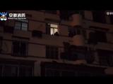 男子从4楼窗户跳下被困3楼 被消防救下拒不就医