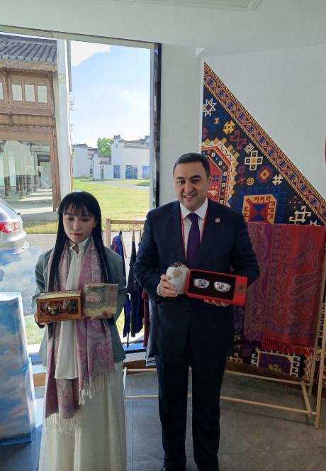 阿塞拜疆大使杰纳利。阿克拉姆与李子柒互赠各自国家的茶叶。陈瑶摄