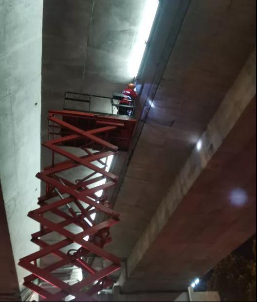 合肥市市政管理处对金寨路高架桥灯饰进行集中养护