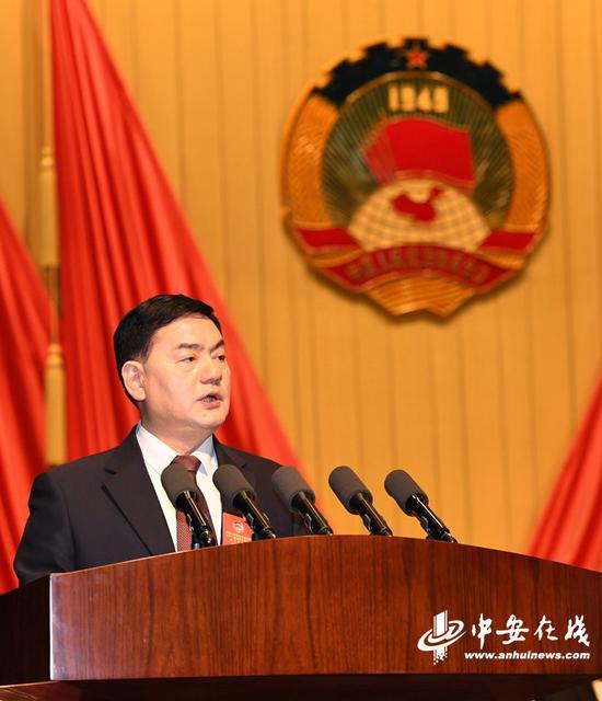 省政协副主席李和平作关于提案工作情况的报告(记者 陈群、刘炜鑫/摄)