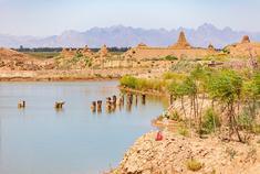 西北大漠中 原始形成的处女湖