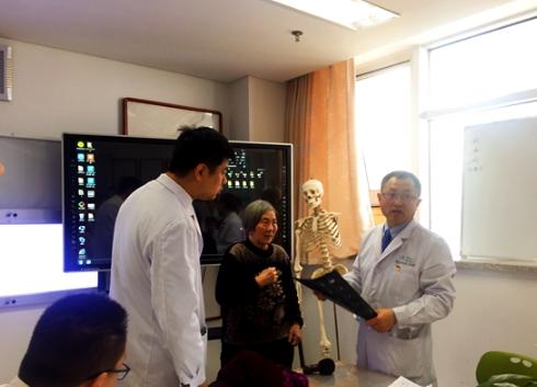尚希福(右一)与医生们进行早晨会诊