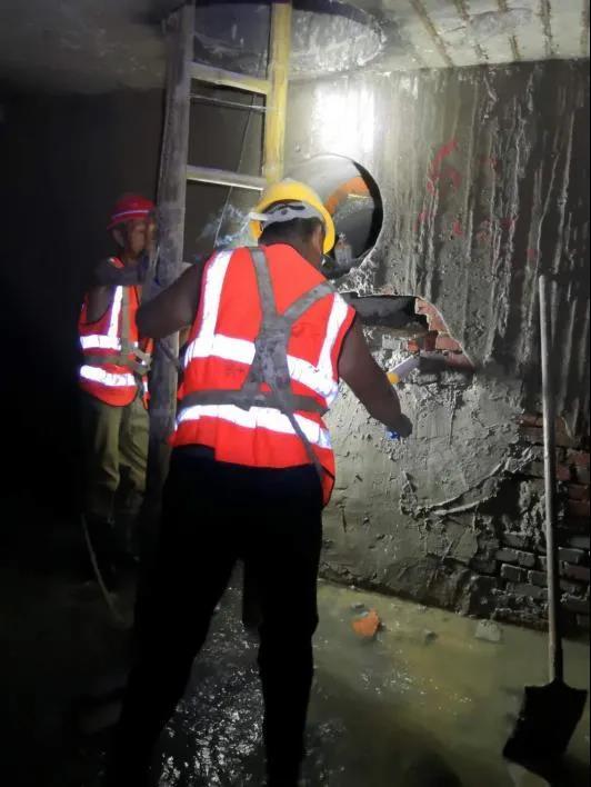 图为排水工作人员修复广德路、祁门路雨污管道