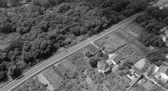 7月6日拍摄的庐江县汤池镇百花村山区通畅的农村公路。通讯员 王闽摄