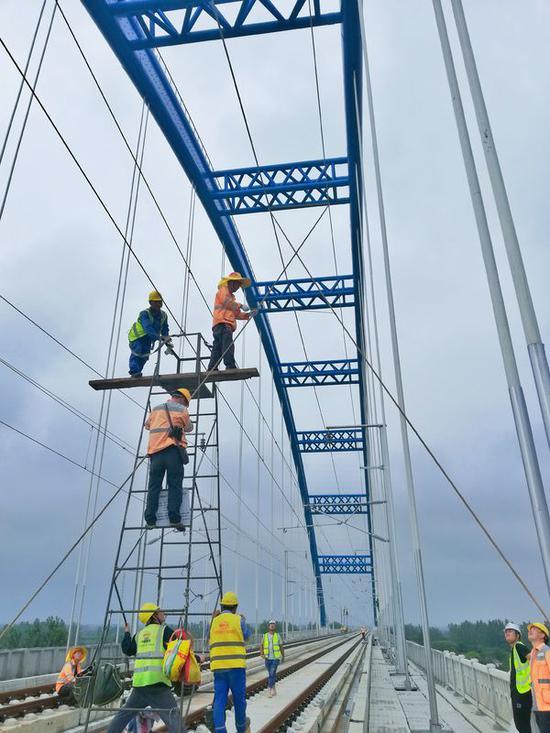 7月28日,合肥供电段组织青年骨干在合安高铁肥西县境内上派特大桥上测量风摆动态极限绝缘距离。刘涛 摄