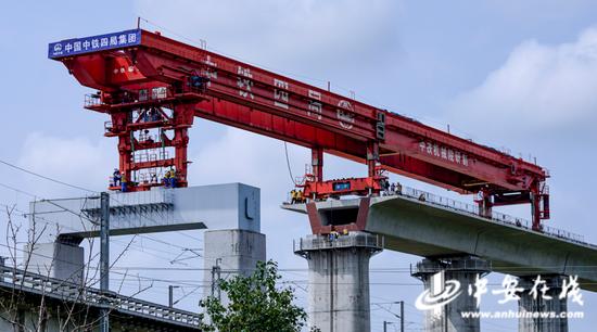 昌景黄铁路跨京台高速公路特大桥施工现场