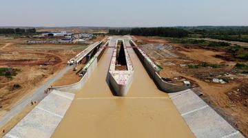 """世界最大跨度""""水桥""""通水通航"""