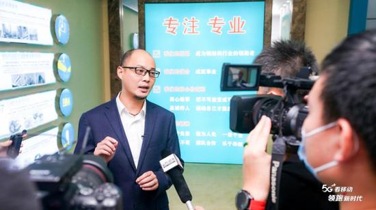 安徽移动六安分公司政企部行业拓展室经理邓小波接受媒体采访