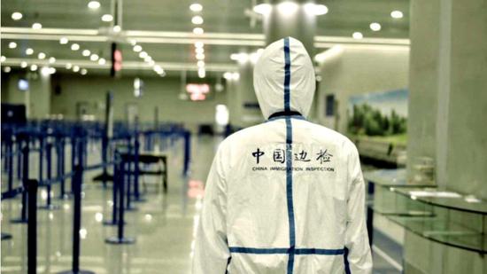 安徽边检民警上海浦东机场执勤