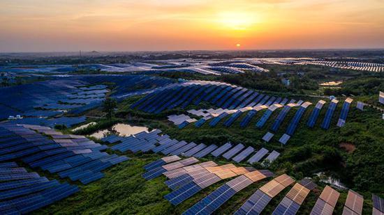 2020年5月19日,在安徽省六安市金寨县航拍的光伏发电站(王文 摄)
