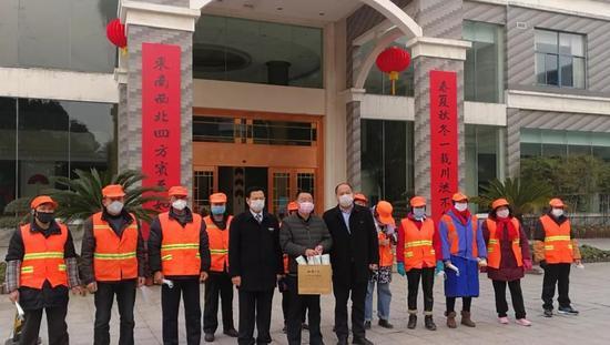 九华旅游西峰山庄为环卫工人免费发放口罩