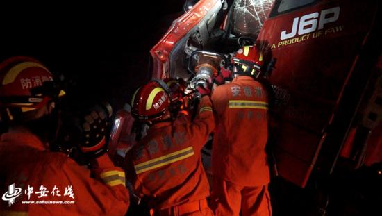 两货车相撞一人被困 消防员快速拆解救援