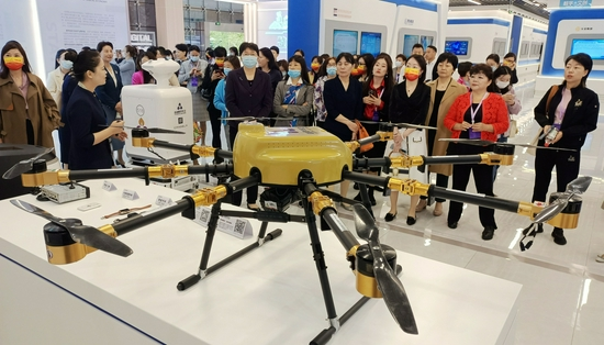 10月13日上午,女企业家在蜀山数字经济展厅参观。