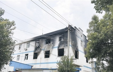 →失火的是这栋三层楼房的二层。