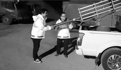 工作人员正在进行增雨火箭弹发射作业