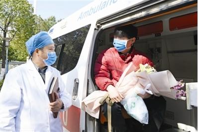 图为医生向患者交代居家隔离注意事项。记者 计成军 摄
