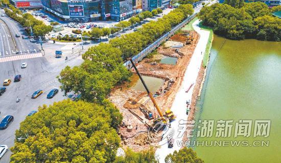 位于黄山中路旁的镜湖一侧已填埋出施工便道