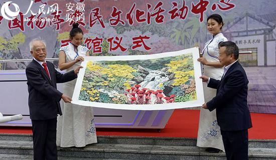 活动现场,吴国亭先生(左一)现场向宜秀区捐赠19幅作品。