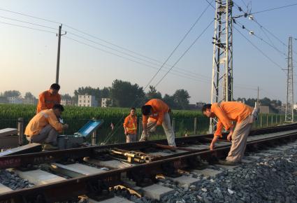 【国庆我在岗】铁路信号工:列车安全运行背后的守候者